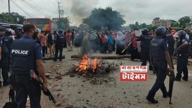 সিদ্ধিরগঞ্জে শ্রমিক-পুলিশ সংঘর্ষ, আহত ২০, সড়ক অবরোধ (ভিডিও)