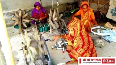 রূপগঞ্জের তাঁত শিল্পীরা এখন চাদর তৈরির শ্রমিক